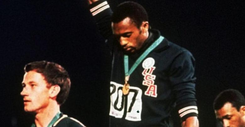 Photo of Η ιστορία του λευκού αθλητή δίπλα στους εμβληματικούς μαύρους αθλητές, που ύψωσαν συμβολικά τη γροθιά τους στους Ο.Α του 1968