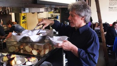 Photo of Jon Bon Jovi: Άνοιξε εστιατόρια για να τρώνε δωρεάν όσοι έχουν ανάγκη και τους σερβίρει ο ίδιος (Photos)