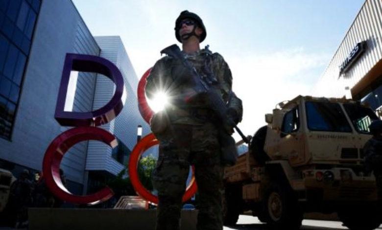 Photo of ΣΥΓΚΛΟΝΙΣΤΙΚΟ περιστατικό. Αμερικανοί στρατιώτες γονατίζουν μαζί με διαδηλωτές στη μνήμη του Τζορτζ Φλόιντ (video)
