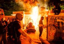 Photo of Φωτιές και δακρυγόνα έξω από τον Λευκό Οίκο – «Φυγάδευσαν» Τραμπ και Μελάνια